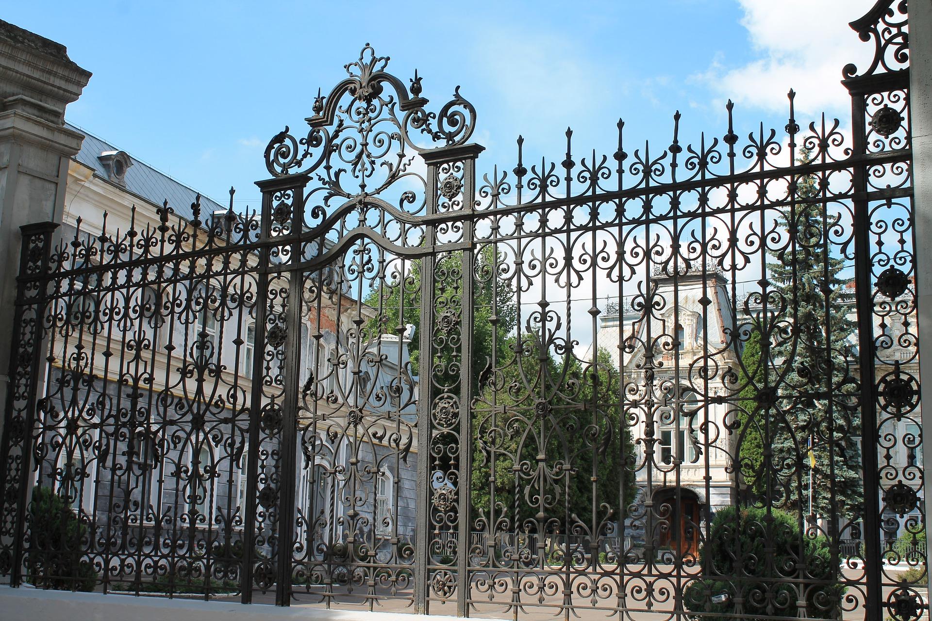 Kované ploty dodají domu na eleganci