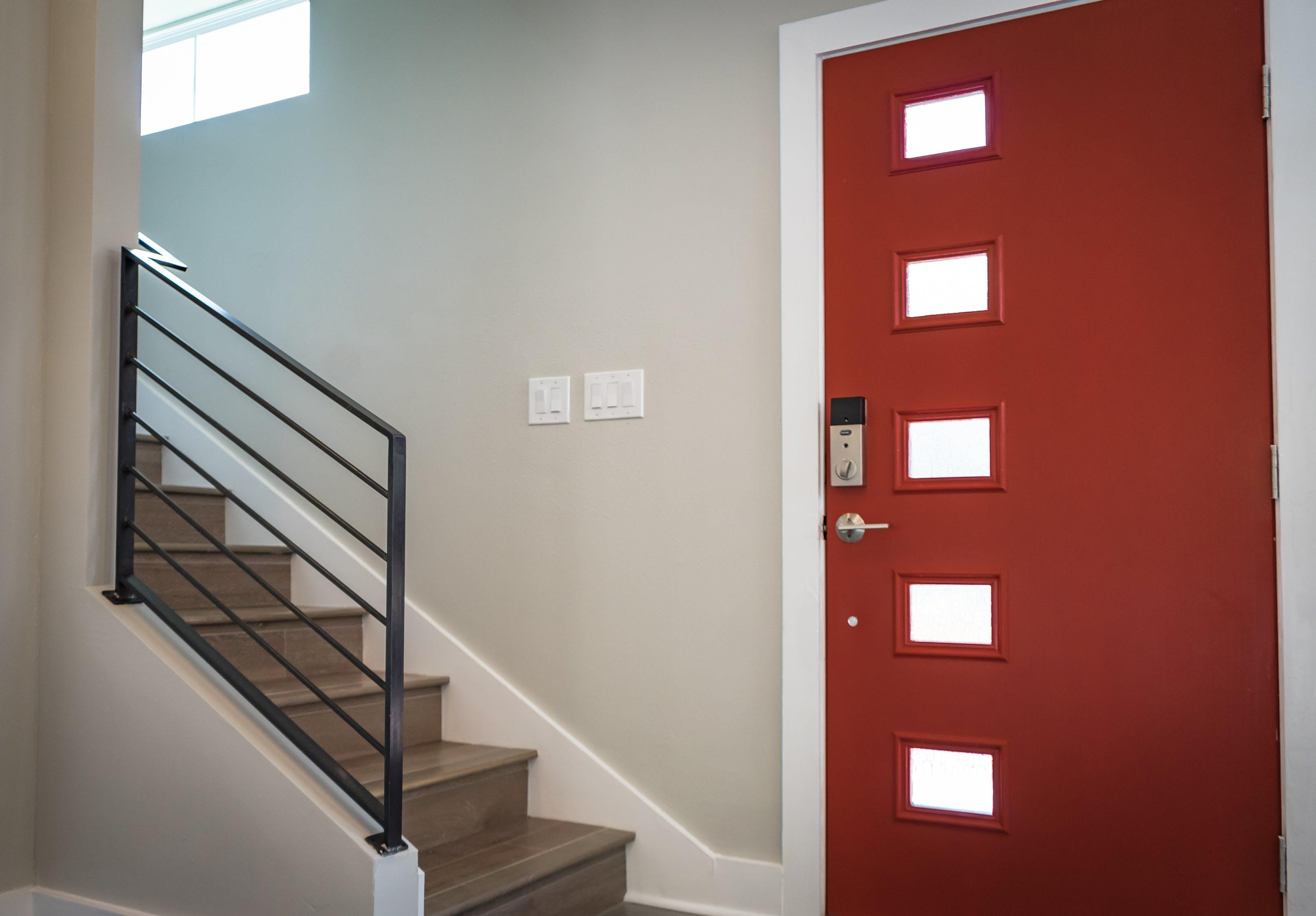 Vchodové dveře do bytu a do domu nejsou to samé