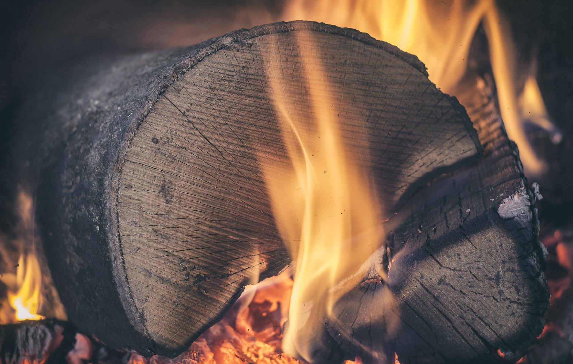 V zimě zahřeje dřevo z Hluku