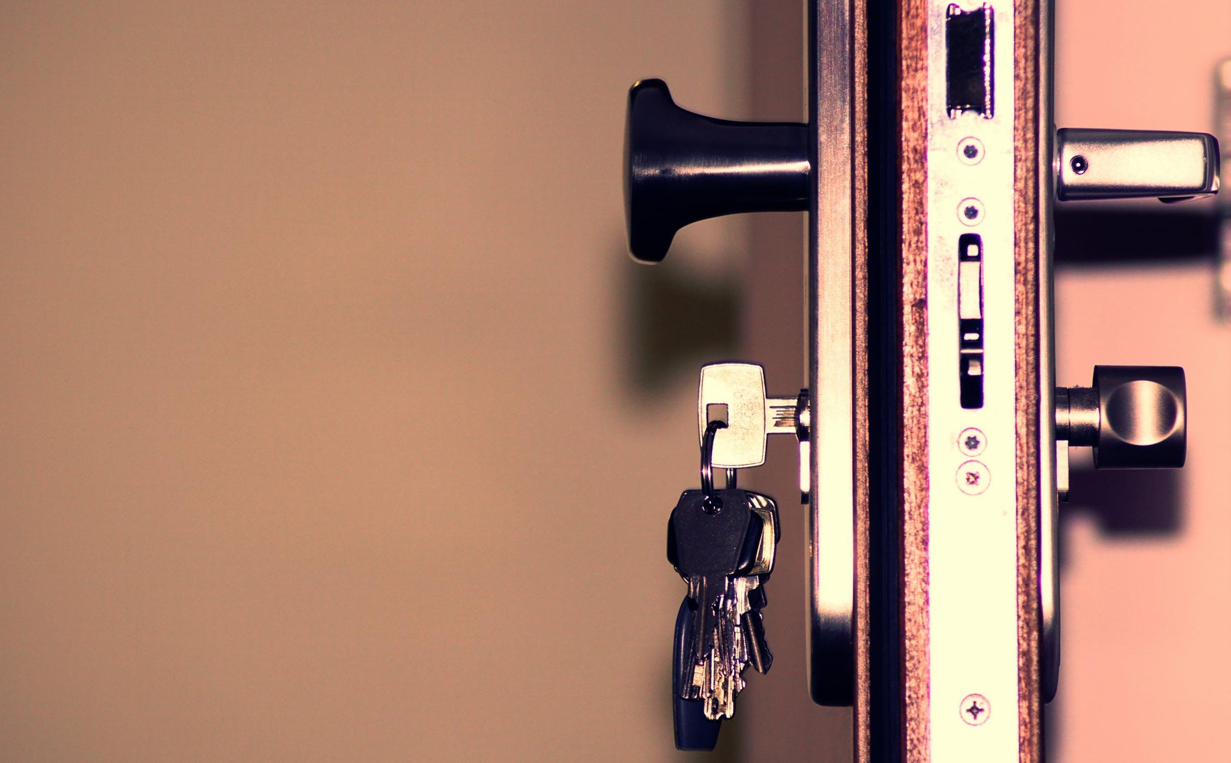Jak otevřít zabouchnuté dveře?