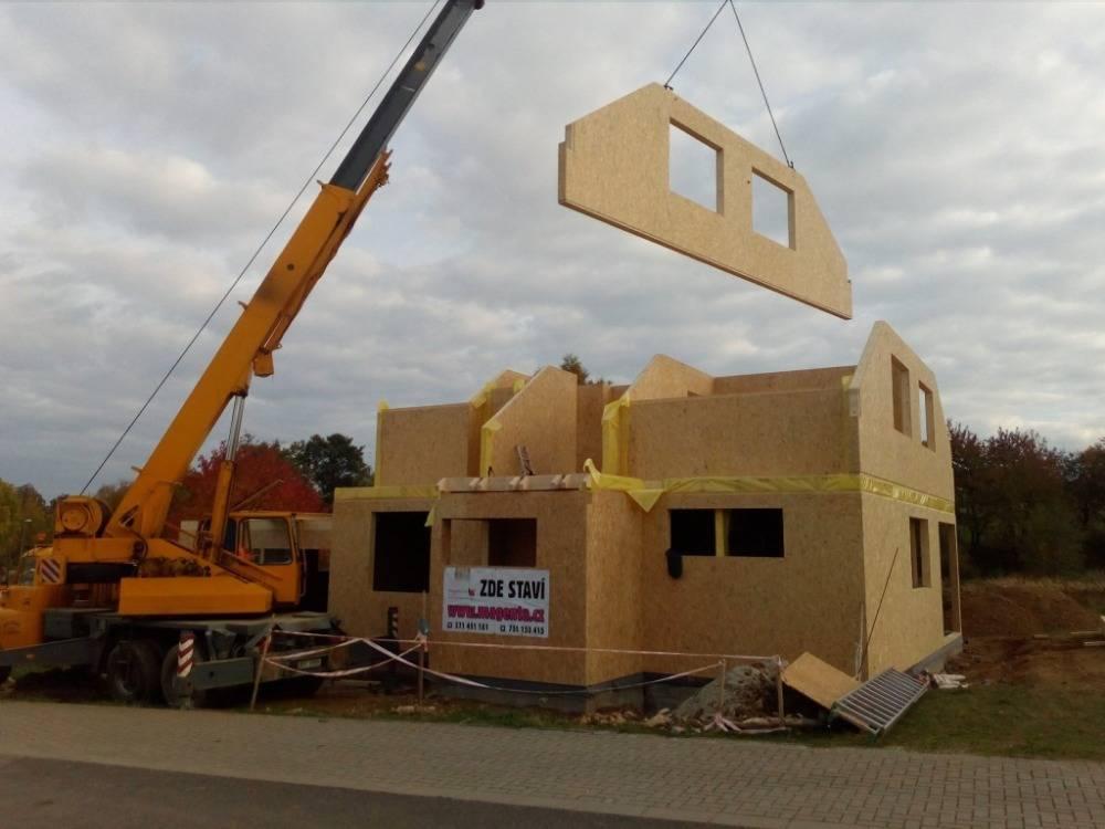 Spomocí autojeřábu je dům zdřevo panelů postaven za dva měsíce