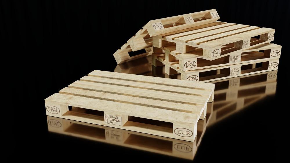 Přemýšlíte, jak oživit své bydlení a zároveň moc neutratit? Zkuste dřevěné palety!